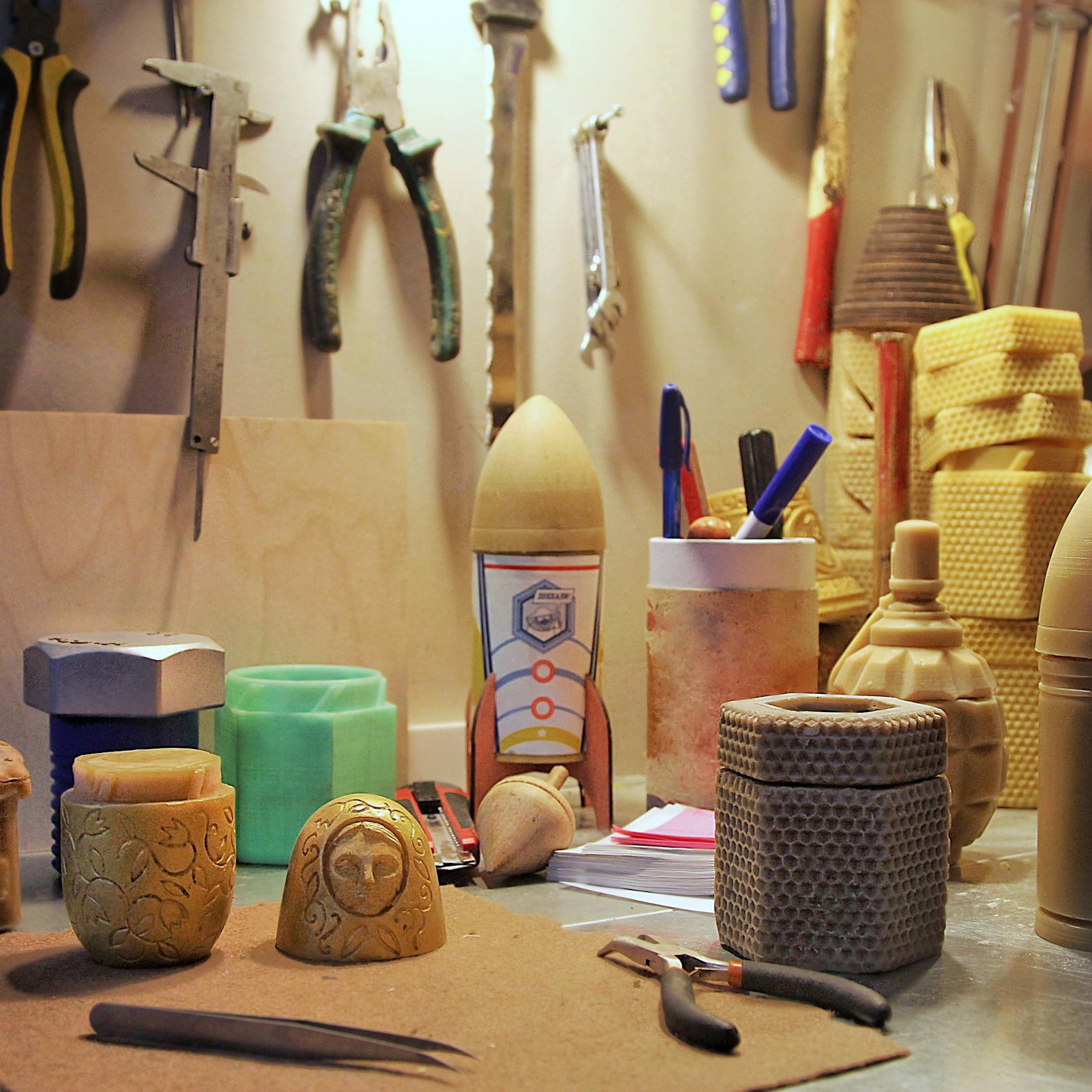 Рабочий стол с инструментами и экспериментальными разработками Слово Пасечника